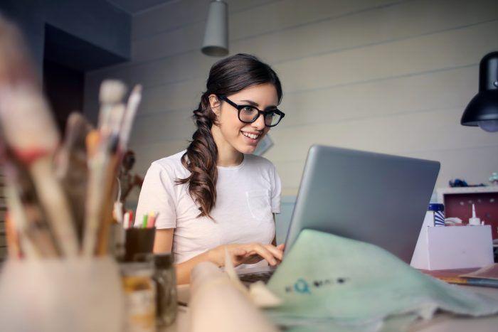 Chica feliz en el ordenador
