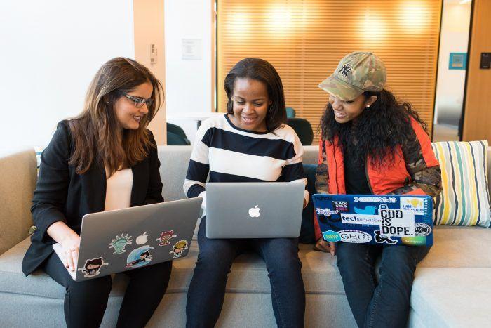 Estudiantes ordenador informal